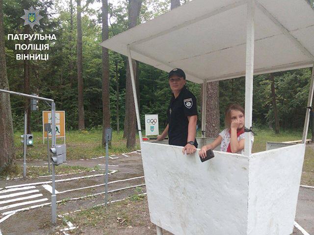 Вінницькі патрульні влаштували діткам з літнього табору квест на знання правил дорожнього руху