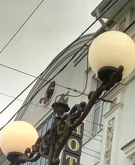 У Вінниці поліцейські врятували чоловіка, який намагався стрибнути з даху будинку