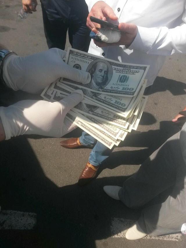 Затримано адвоката, який вимагав та отримав  2 000 доларів США хабаря