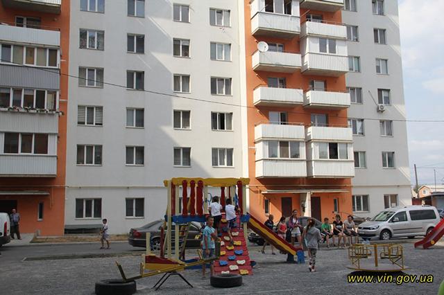 """У Вінниці 80 новоселів отримали ключі від нових квартир, збудованих за програмою """"Доступне житло"""""""