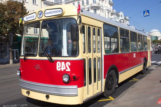 """До Дня міста фахівці КП """"Вінницька транспортна компанія"""" відновили раритетний тролейбус «ЗіУ-5»"""