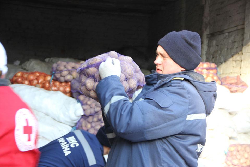 Вінницькі рятувальники долучились до благодійної акції та допомогли овочами переселенцям з Донецької області, фото-3
