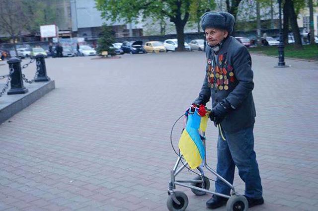Пам'ятаєте одеського дідуся з українським прапором? Його знайшли і зробили шикарний подарунок!