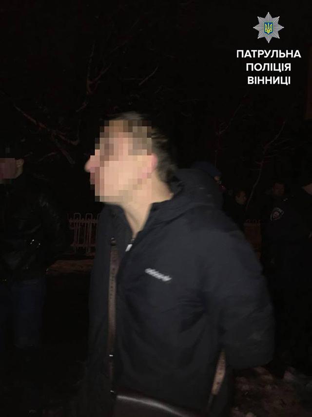 На Вишеньці біля торгівельного центру троє молодиків напідпитку напали на подружжя