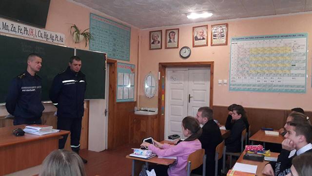Вінницькі рятувальники навчають школярів правилам безпечної поведінки взимку
