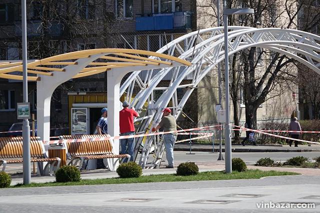 """Металевий постамент літака на площі Костянтина Могилко почали """"обшивати"""" пластиком"""