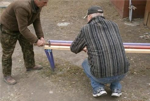 Працівники комунальних служб завершують прибирати прибудинкові території після зими