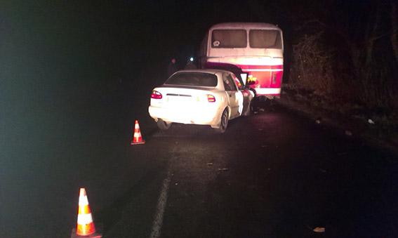 """Внаслідок зіткнення """"Daewoo"""" та автобуса постраждали водій авто та його 6-річна донька"""