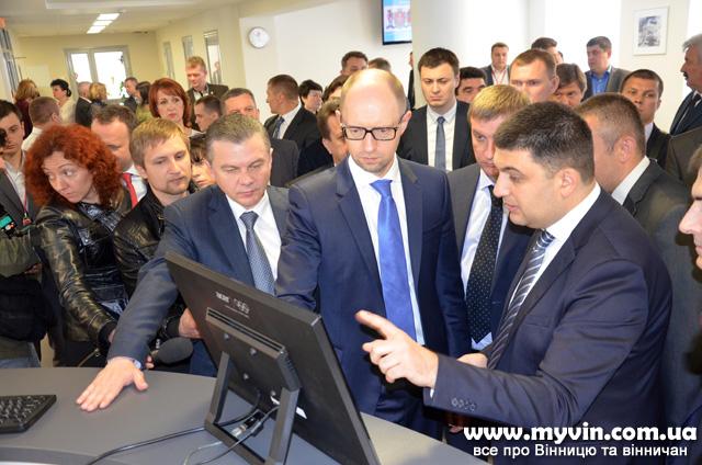 """Гройсман показав Яценюку """"Прозорий офіс"""". Тепер шляхом Вінниці піде вся Україна"""