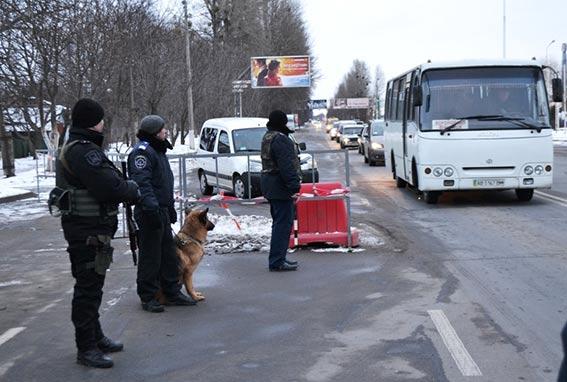 На одному з блок-постів Вінниці правоохоронці зупинили водія, який перевозив рушницю