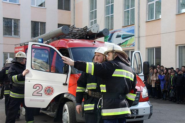 """У Вінниці МНСники рятували студентів транспортного коледжу від """"пожежі"""""""