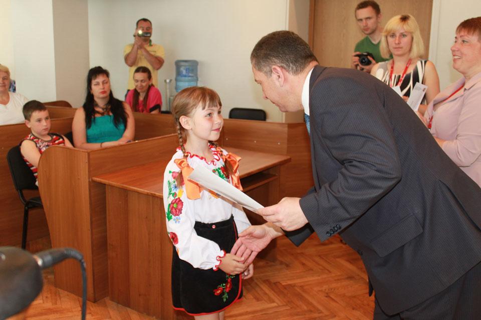 Сьогодні у залі засідань міської ради нагородили учасників та переможців загальноміського конкурсу юних виконавців «Кришталева нота»