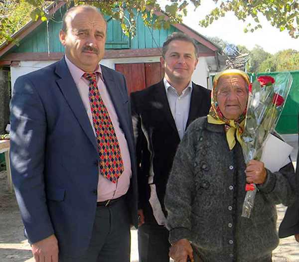Петро Тамбовцев вітає ювілярів-ветеранів