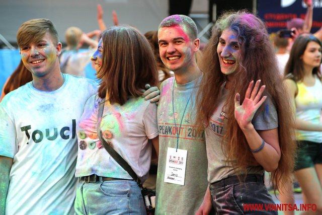 Близько сотні вінничан у центрі міста влаштували яскраве свято кольорових фарб