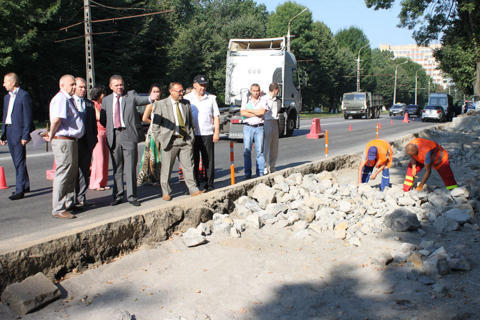Біля 1-ї лікарні вздовж Хмельницького шосе облаштують паркувальний майданчик для 40 автомобілів