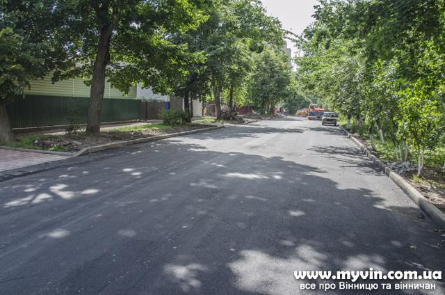 Вулицю Петра Запорожця тепер не пізнати: є довгоочікуваний асфальт і облаштовують тротуари