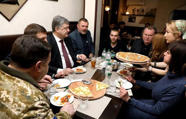 """Петро Порошенко у піццерії """"Pizza Veterano"""""""