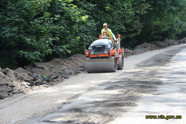 Чиновники перевіряли хід ремонту доріг навколо Вінниці