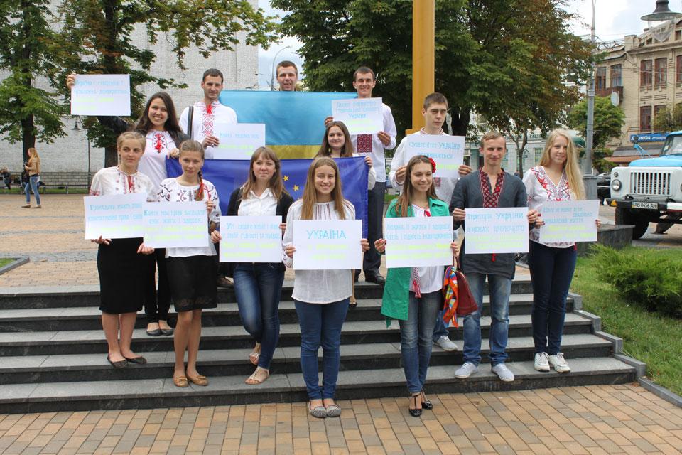 Вінницька молодь вбрала у вишиванку пам'ятник Українській пісні