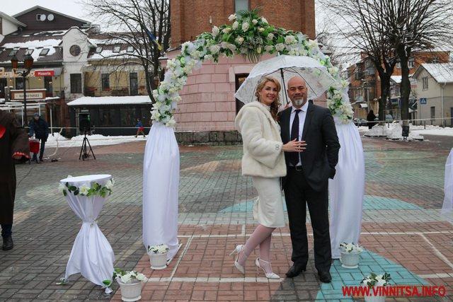 """На День Валентина біля Вежі на одну добу """"одружилось"""" 20 закоханих пар"""