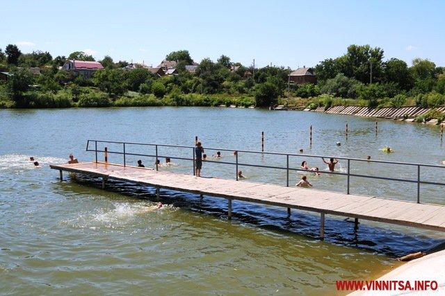 На озері біля масложиру закінчили капремонт зони відпочинку: тепер тут є новий пляж, пірс та роздягальні