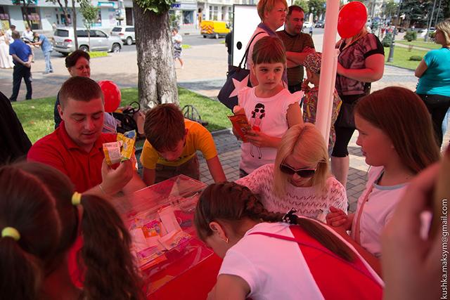 Солодке свято: ТМ «Ласунка» частувала вінничан морозивом та подарунками