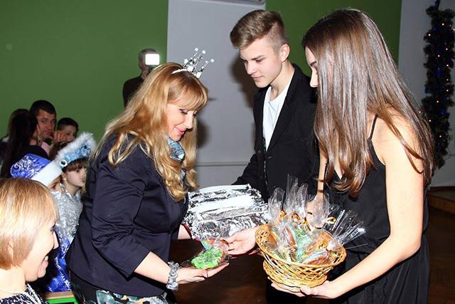 """Вихованці """"Дельфіну"""" завершили 2017 рік святковим """"Вогником"""""""