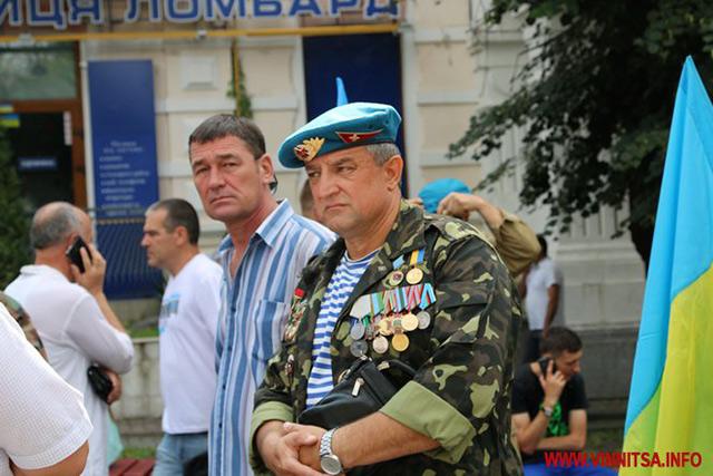 У день ВДВ вінницькі десантники вшанували пам'ять загиблих героїв та пройшлись центром Вінниці з 30-метровим прапором
