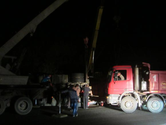 На окружній перевернуту 30-тонну фуру з олією не могли підняти більше десяти годин
