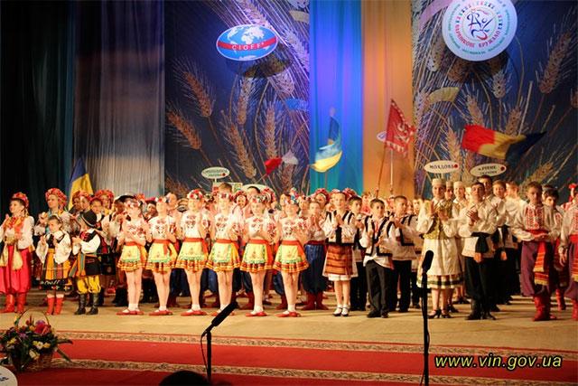Х Міжнародний дитячий фестиваль народної хореографії «Барвінкове кружало» урочисто завершився гала-концертом колективів-учасників