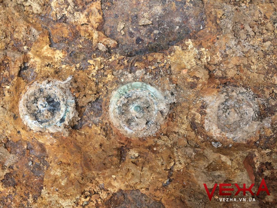 """Крім сейфу з кодовими замками, який викопали в центрі Вінниці, археологи знайшли срібні монети та """"Зірку Давида"""""""