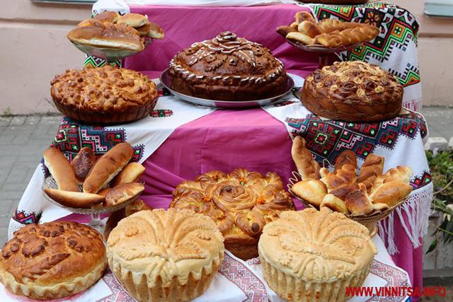"""Вишиванки, запашна випічка, глиняний посуд та велетенські дідухи - на Європейській площі триває ярмарок """"Скарби Поділля"""""""
