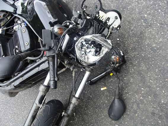 """Вчора на Лебединського 19-річний мотоцикліст влетів у вантажівку """"Мерседес"""""""