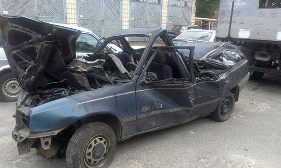 У Вінницькій області Opel в'їхав у дерево та перекинувся. Водій та пасажир авто у лікарні