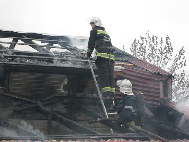 На вул. Черняхівського майже 30 рятувальників гасили пожежу у двоповерховому будинку