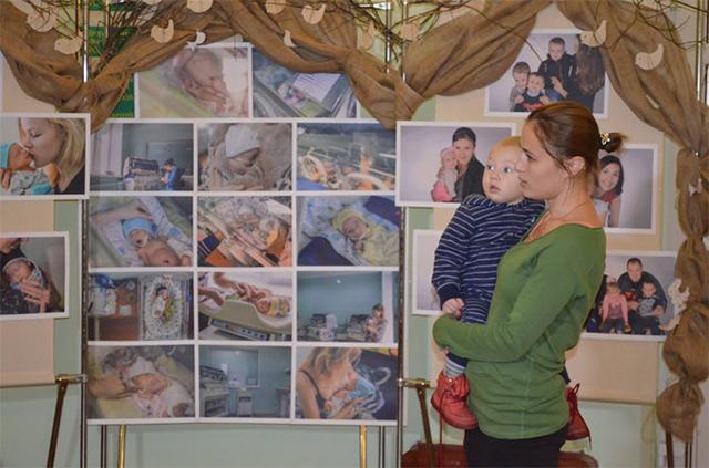 """До Міжнародного дня підтримки передчасно народжених дітей у Вінниці відкрили фотовиставку """"Пташенята"""""""