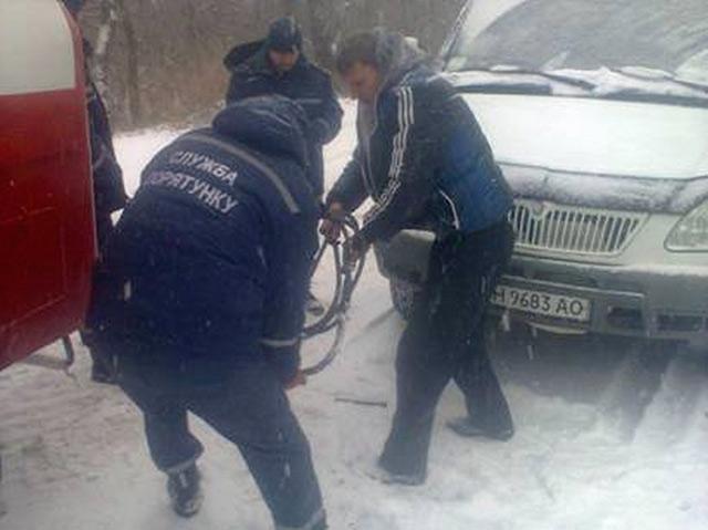 На Вінниччині рятувальники дістали зі снігових наметів автобус і хлібовоз
