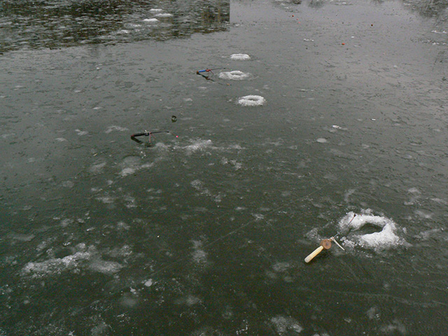 В Сутисках під час риболовлі провалились під лід двоє чоловіків. Одного врятували, іншого досі шукають