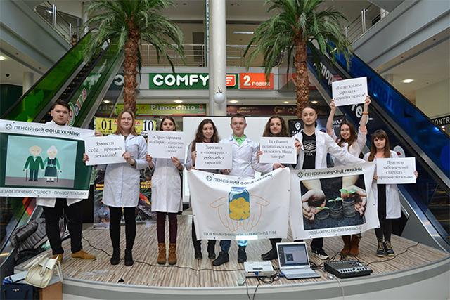 """Студенти-медики влаштували флешмоб із закликами проти зарплатні """"в конвертах"""""""