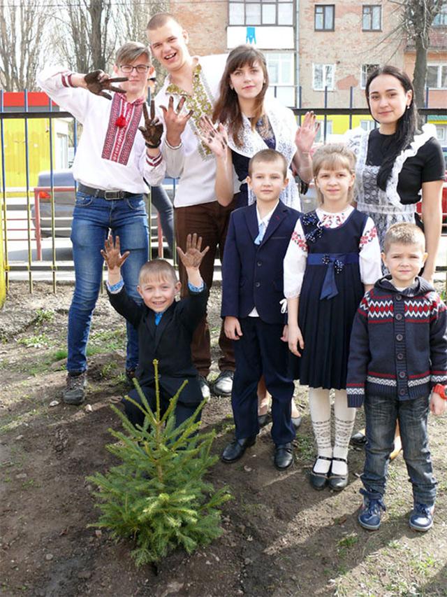 Випускники та першокласники 12-ї школи заклали на подвір'ї навчального закладу ялинкову алею