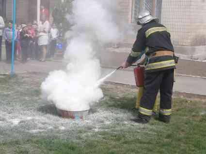 В Селищі рятувальники вчили школярів правил безпеки у побуті