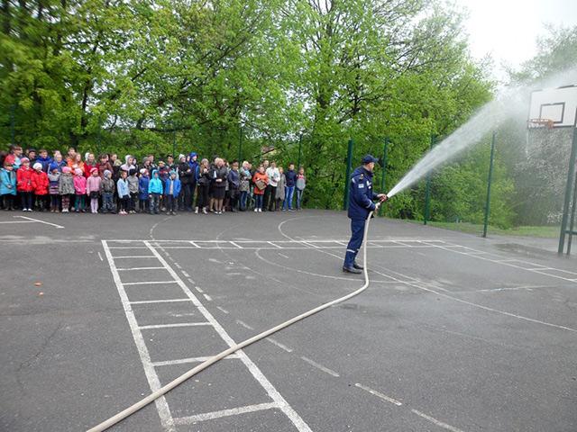 В Жмеринці школярі спробували себе у ролі вогнеборців
