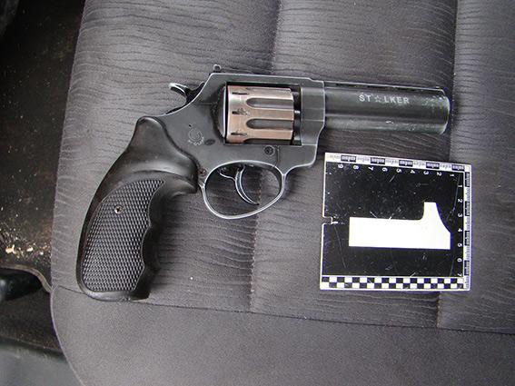 На Вінниччині п'яний водій спричинив ДТП та втік. Коли його впіймали, у салоні знайшли пістолет та наркотики