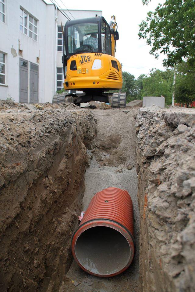 На перехресті вулиці Генерала Арабея та провулку Пугачова будують зливову каналізацію