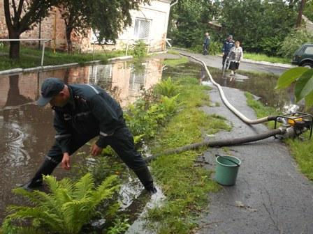 В Калинівці через сильну зливо затопило архів райвідділу освіти