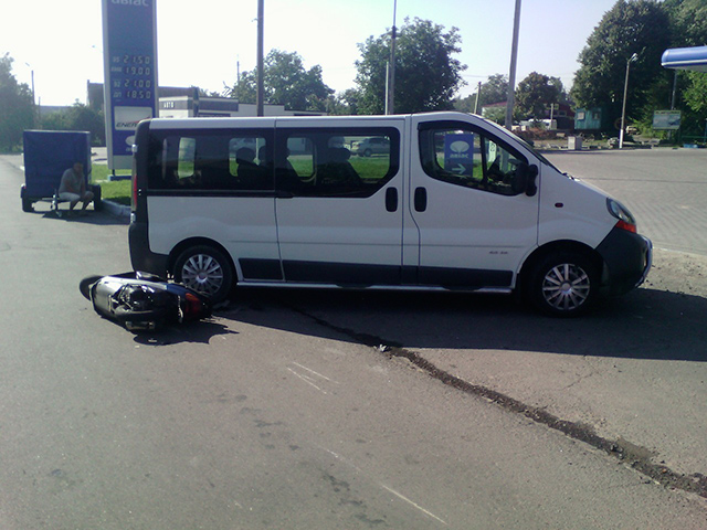"""В Ладижині """"Рено трафік"""" не розминувся зі скутером - водія скутера діставали з-під автівки рятувальники"""