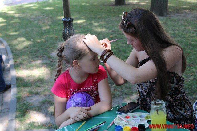 На Європейській площі триває арт-пікнік - кожен бажаючий може спробувати себе у ролі художника