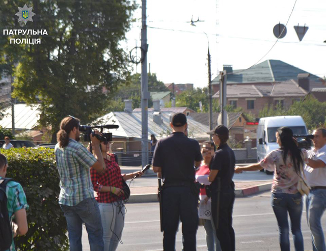 Сьогодні вінницькі журналісти мали змогу спостерігати за роботою патрульних поліцейських зблизька.