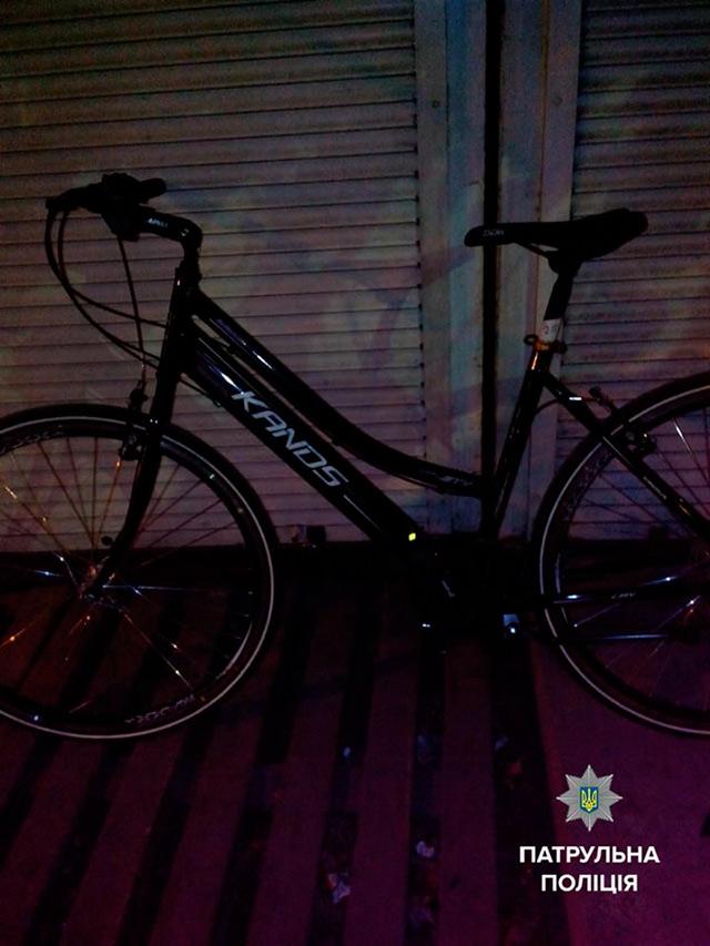 Вінницькі патрульні затримали крадія, який вночі біля залізничного вокзалу вкрав два велосипеди