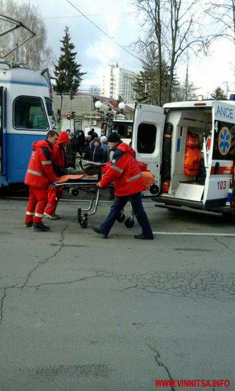 """Біля """"Пироговки"""" трамвай збив жінку, яка перебігала дорогу на червоне світло"""